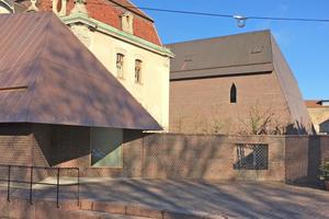 Erweiterung des Museums Unterlinden in Colmar aus gebrochenen Ziegeln (links im Vordergrund das kleine Häuschen la Petite Maison)