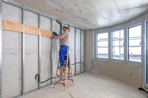 Vorsatzschalen an den Wohnungstrennwänden verbessern den Schallschutz und nehmen die Küchenzeile auf. Zur Verstärkung der Unterkonstruktion besteht jeder zweite Ständer aus einem UA-Profil