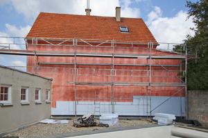 Auf die fensterlose Gebäuderückwand wurde zunächst ein Vollwärmeschutz aufgebracht... Fotos: Kölper Colours & Desing