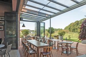 Wenn es zu kühl wird, kann die äußere Glas-Faltwand geschlossen werden<br />Fotos: Solarlux