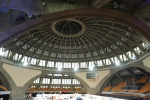 Die Halle wird von einer mächtigen Kuppelkonstruktion aus Stahlbeton überspannt