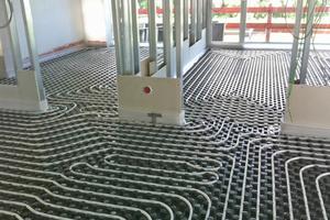 Die Metallständerwände wurden zunächst nur einfach beplankt und auch nur in einem schmalen Streifen über dem Boden, um das Verlegen der Fußbodenheizung zu erleichtern