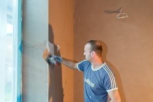 """Rechts: Zeitgemäß glatte Wandoberflächen – hier beim Auftrag von Rotkalk Fein – sorgen auch in """"alten Gemäuern"""" für eine Wohnästhetik nach heutigen Vorstellungen"""