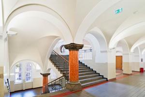 Jedes Kreuzgratgewölbe im Treppenhaus und den Erschließungsbereichen wurde einzeln vermessen und aus vorgefertigten gebogenen und gelochten Akustikplatten nachgebaut Fotos (2): Knauf / Schwarz