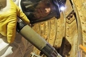 Mit Durcklufthämmern wird die Bleiwolle in den Fugen der Tübbings im Elbtunnel verdichtet