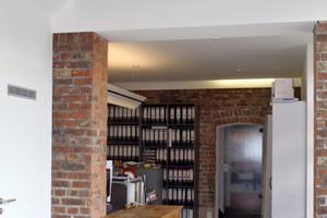 Der Umbau verbindet im Inneren Alt und Neu und experimentiert mit großformatigen zementgebundenen Platten als Bodenbelag