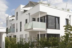 Auf drei Etagen verteilen sich die jeweils vier Wohneinheiten der Mehrfamilienhäuser