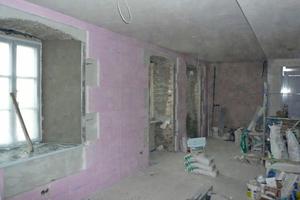 Auf die gut vorbereiteten Wandflächen klebten die Handwerker eine Innendämmung aus 50 mm dicken TecTem Insulation Board Indoor Platten
