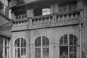 """Historische Fotos: Die Steinbalustraden in den Obergeschoss-Laubengängen des Hallenhauses im """"Handwerk"""" 22 und des benachbarten """"Barockhauses"""" sind Indizien dafür, dass beide Häuser in Görlitz nicht nur zur gleichen Zeit entstanden sind, sondern auch von denselben Handwerkern erbaut wurden"""