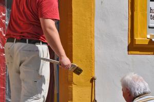 Ablinierung (optische Begradigung) des Torbogenanstrichs, über das Bauteil hinausgehend in den Putz gestrichen