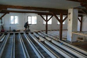Bilder ganz oben: Die Schlackeschüttung der alten Holzbalkendecke wurde ausgeräumt und durch Hanfdämmung ersetzt. Darauf verlegten die Handwerker OSB-Platten  Darunter: Aufbau der Trockenbauwände im Obergeschoss
