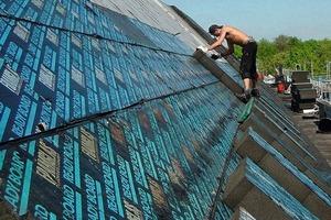 Auf der Unterkonstruktion verklebten die Dachdecker Schaumglasplatten, in die sie die PC-Schienen zur Befestigung der Metalldachdeckung verlegten<br />
