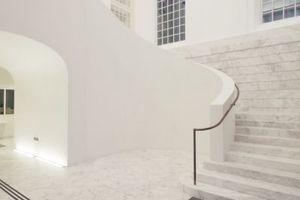 Wer vom öffentlich zugänglichen Hof ins Schloss kommt, muss durch ein Treppenhaus, das dem historischen nachempfunden wurde. Seinen wunderbaren Handlauf hat Kulka erst nach vielen Kämpfen durchsetzen können<br />