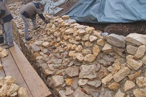 Nachdem Archäologen die Umfassungsmauer der Burgruine Hiltenburg in Bad Ditzenbach freigelegt hatten, wurde sie von Dengel-Bau gesichert und saniert