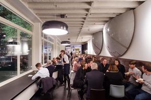 Das Café im Erdgeschoss ist von der Ausstellung durch eine Leichtbauwand getrennt Fotos: David von Becker