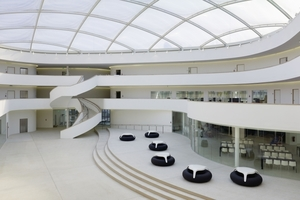 """Das Atrium der Schule durch eine transparente, etwa 1000 m² große Dachkuppel natürlich belichtet<span class=""""bildnachweis"""">Fotos: Vogl Deckensysteme / Michael Godehardt</span>"""