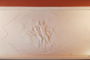 Stuckdetail mit einziger figürlicher Darstellung im Gebäude<br />
