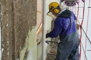 Bevor die gesamte Fassadenfläche mit der Siliconharz- Fassadenfarbe Muresko SilaCryl beschichtet werden kann, sind die alten Farbschichten mit Heißwasser- Hochdruckreiniger zu entfernen