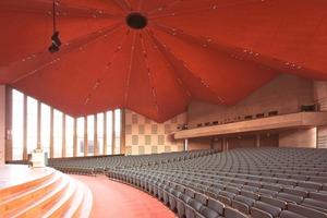 Akustisch ertüchtigt und farblich trotzdem am denkmalgeschützten Bestand orientiert: die Aula der Rotterdammer Erasmusuniversität nach der Renovierung   Foto: Heradesign<br />