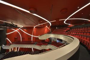 Die seitlichen Wandverkleidungen des Zuschauersaals wurden als Vorsatzschalen erstellt – in unterschiedlichen Radien gebogen und zugleich vertikal um 3 Grad geneigt. Für diese Sonderkonstruktionen mit bis zu 8 m Höhe waren Standsicherheitsnachweise notwendig<br />Foto: Photo Graf / Rigips