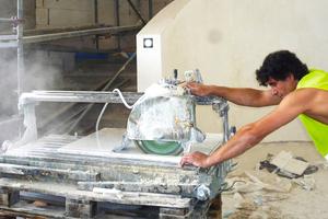 Zuschnitt der aus Griechenland stammenden Kavala-Marmorplatten