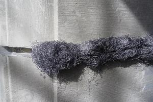 Unverarbeitete Bleiwolle in der Fuge<br />Foto: Die Bauwerkstatt Reuter