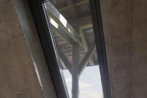 Neben den Lichtkanonen wurden auch klassische Dachfenster in den Betonbaukörper eingebaut