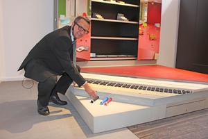 """Gerd Greger, Verkaufsleiter Boden Deutschland bei der Knauf Gips KG, zeigt den """"systofloor""""-AufbauFoto: Thomas Wieckhorst"""