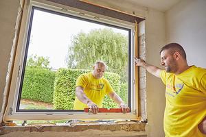 """Links: Neuen Fensterrahmen ausrichten und mit Keilen provisorisch fixieren <span class=""""bildnachweis"""">Fotos: Drutex</span>"""