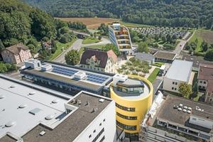 Die Photovoltaikanlage auf dem Dach erzeugt gemeinsam mit den Photovoltaikpaneelen an der Fassade jährlich etwa 42200 kWh Strom⇥Foto: Sto