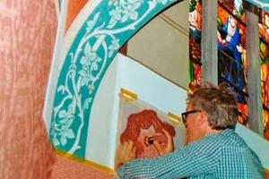 Rechts: Anwendung der Schabloniertechnik zur Wiederherstellung der ursprünglichen Wandmalerei