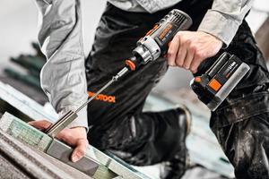 """""""Von 50 300-mm-Schrauben konnte der QuaDrive 40 Stück mit einer Akkuladung bei gleicher Leistung ordentlich durchziehen"""", lobte Bauunternehmer Harald Ramaker aus Moormerland<br />Foto: Protool<br /><br />"""