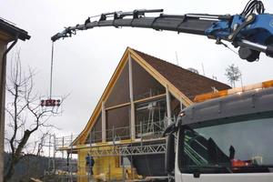 """Rechts: Ein Dachgiebel wurde komplett verglast<span class=""""bildnachweis"""">Fotos: L3P Architekten</span>"""