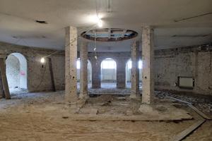 Das vom Putz befreite Ziegelmauerwerk des Präparationssaals im Erdgeschoss