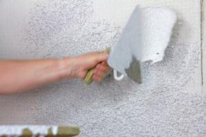"""Angeworfen wird ein Kellenwurfputz zweimal direkt nacheinander, """"nass-in-nass""""<span class=""""bildnachweis"""">Foto: Heck Wall Systems</span>"""