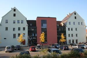 Der moderne Treppenhausanbau fügt sich in die fast schmucklose Nordseite des Maximiliums ein