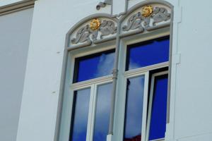 Detail: Farbige Fassung der Fenstergewände<br />