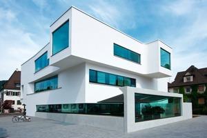 Oben: Die groß ausgeschnittenen Fensteröffnungen der neuen Mediathek sind teilweise sogar als Fassadenversprung nach außen gesetzt<br />