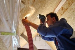 Rechts: Was Voraussetzung für eine gut gedämmt Bodenplatte ist, gilt auch fürs Dach, in das Zellulose eingeblasen wurde<br />
