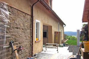 Rechts: Das neue Gehöfthaus wurde an ein bestehendes Gebäude angebaut