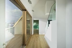 Die vier Dachterrassen der Maisonettewohnung sind über große Hebe-Schiebe-Türen zugänglich