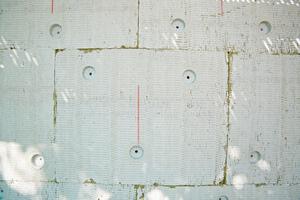 Die bei der versenkten Montage zu verwendende Dübelanzahl entspricht der Menge an regulären Dübeln mit 90er-Tellern
