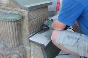 Zur Verankerung von Bleikrempen über Kupferabdeckungen schnitten die Handwerker mit dem Trennschneider eine Fuge in das Mauerwerk
