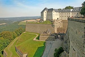 Die Festung Königstein liegt in der Sächsischen Schweiz 240 m hoch über der Elbe