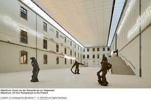 Skulpturen im überdachten Innenhof<br />