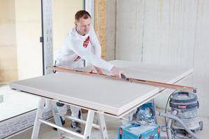"""Großes Foto oben: Trockenbauprofi Dirk Coßmann setzte beim Innenausbau von 27 Wohneinheiten in Ochtrup auf die neue """"Rigips Habito"""""""