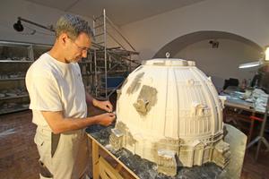 Detlef Meier bei der Restaurierung eines wiederentdeckten Modells des Berliner Doms