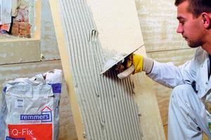 Die kapillaraktive Innendämmung wird vollflächig auf die  Innenseite der Fachwerk- außenwand geklebt Fotos: Remmers