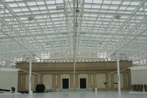 Der gesamte Innenhof, der sich zwischen den vier Pavillon-Gebäuden aufspannt, ist heute mit einem Glasdach geschossen