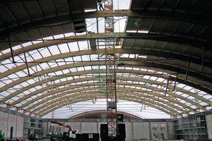Anspruchsvolle Bauaufgabe für die Zimmerleute: Die tonnenförmigen Brettschichtholzbinder der neuen Messehallen überbrücken freitragend eine Spannweite von 60m